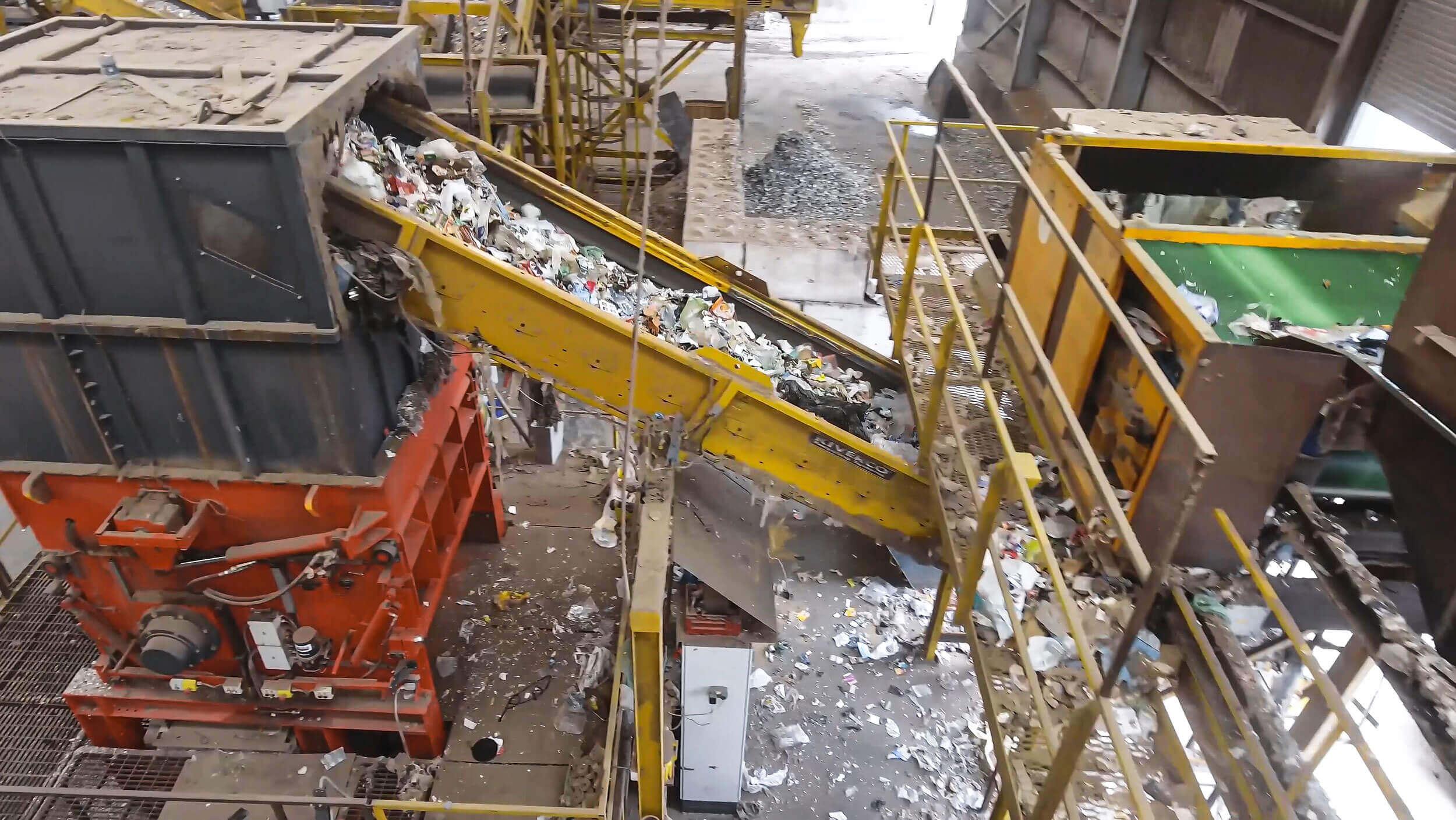The WEIMA PowerLine 2000 shredder is fed by conveyor belt.