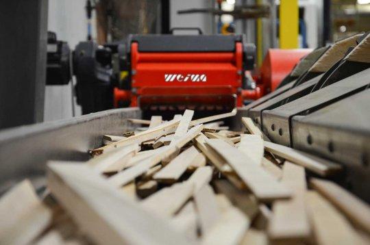 WEIMA Horizontal-Zerkleinerer shreddert lange Holzreste