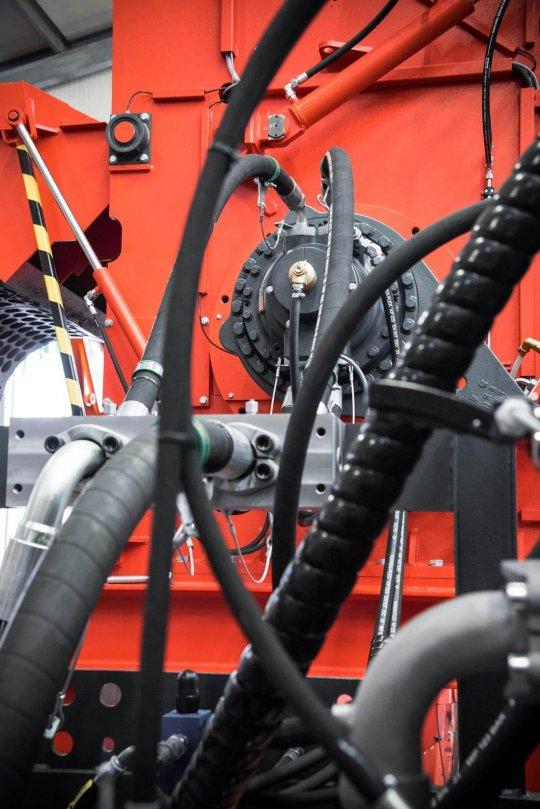 Blick auf den Hägglunds Hydraulikantrieb des WEIMA Shredders