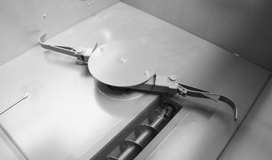Trichter mit Rührwerk einer Brikettierpresse