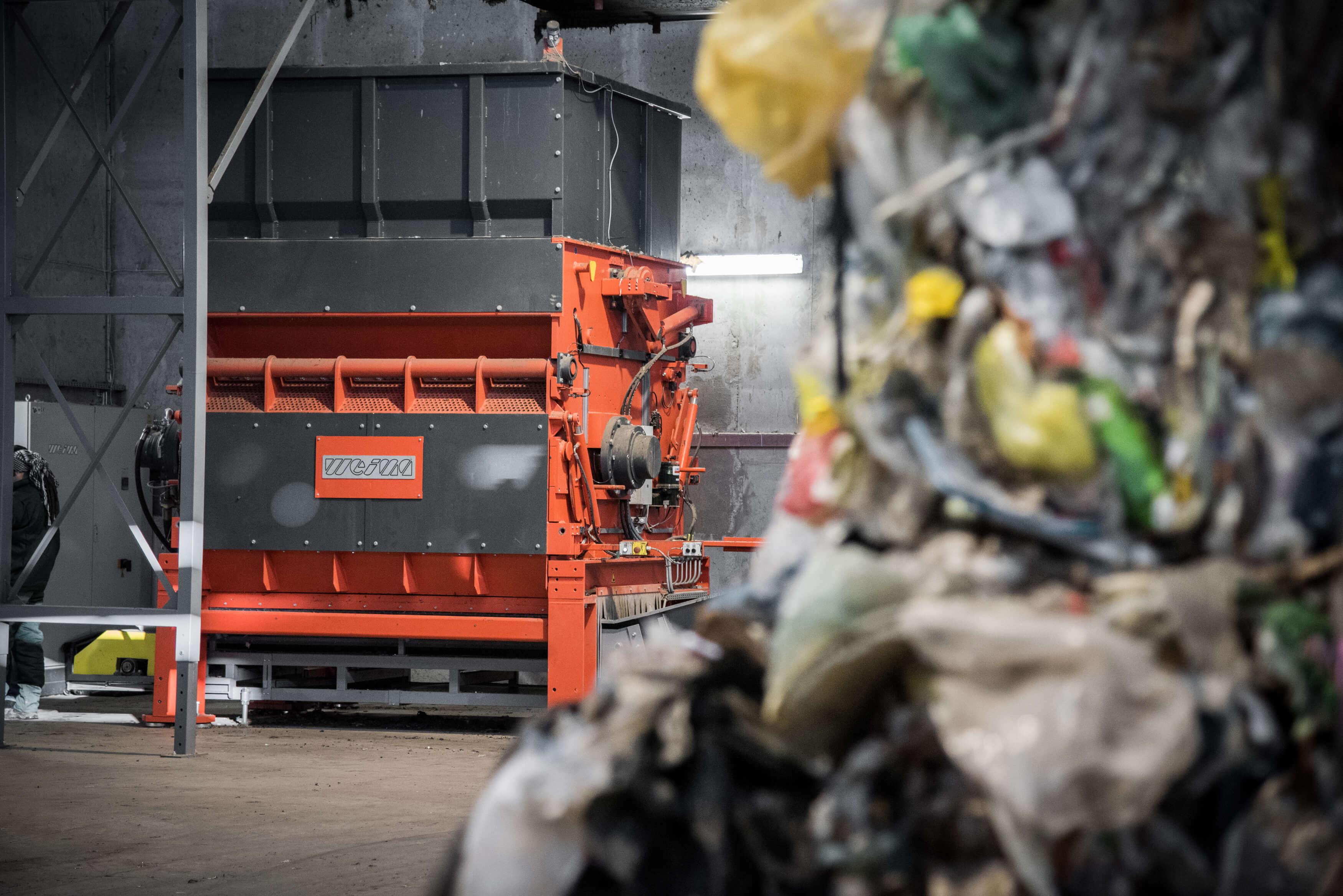 WEIMA PowerLine 2500 Einwellen-Zerkleinerer shreddert Abfälle für die Ersatzbrennstoffproduktion