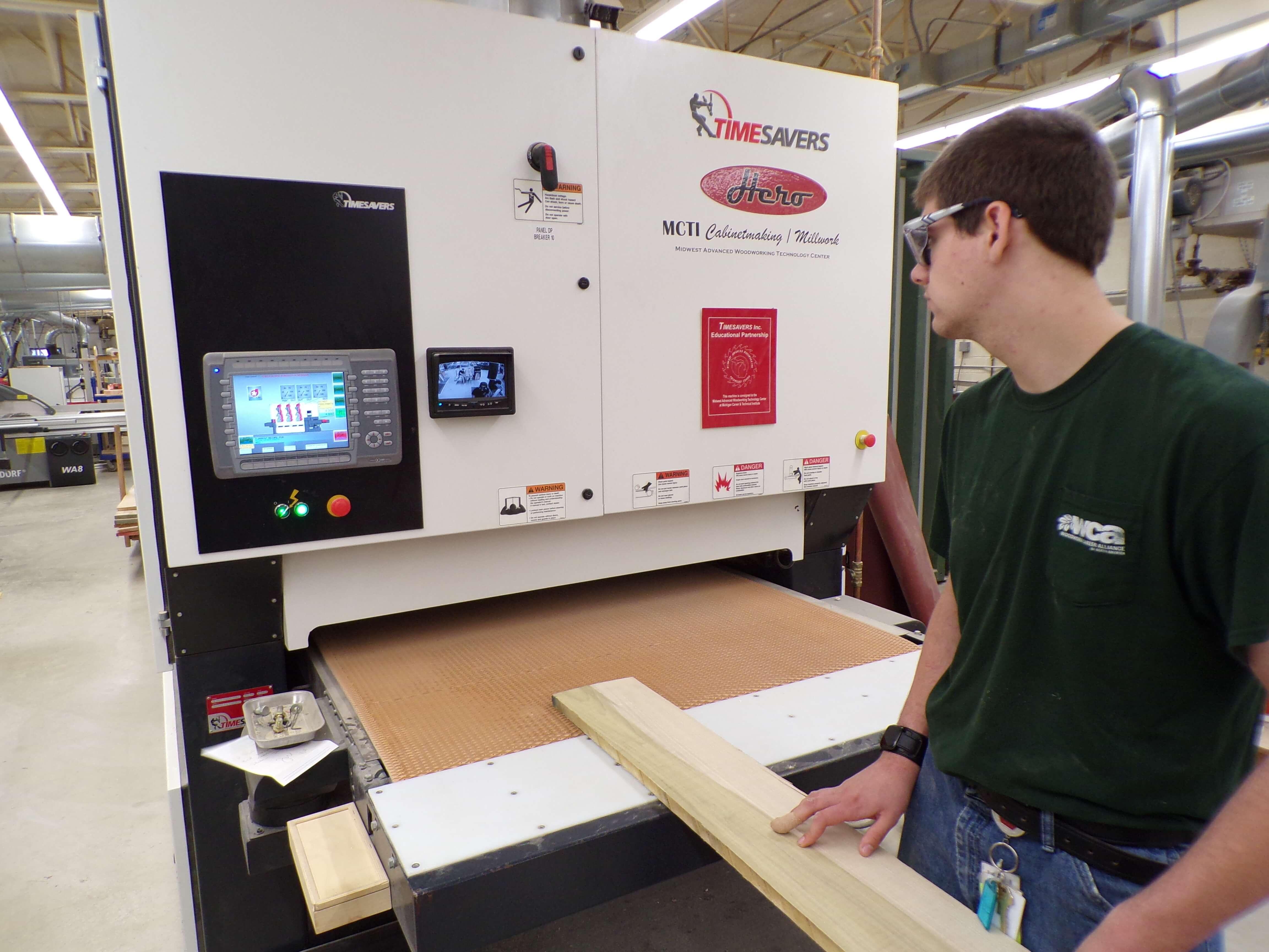 Ausbildung: Auszubildene bei der Arbeit mit Holzbearbeitungsmaschinen