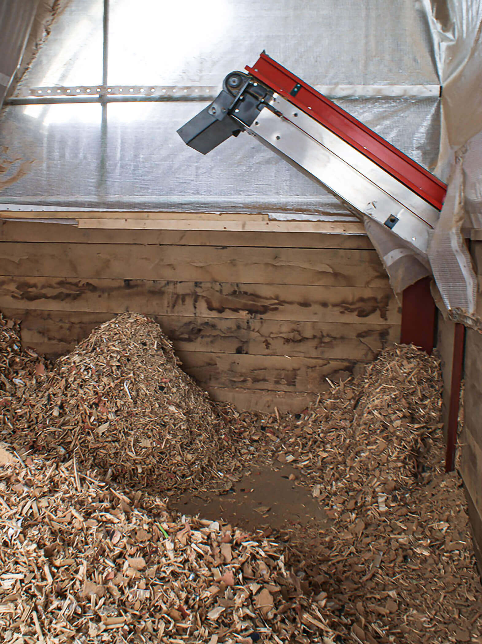 The shredded wood set is transported into the bunker via conveyor belt