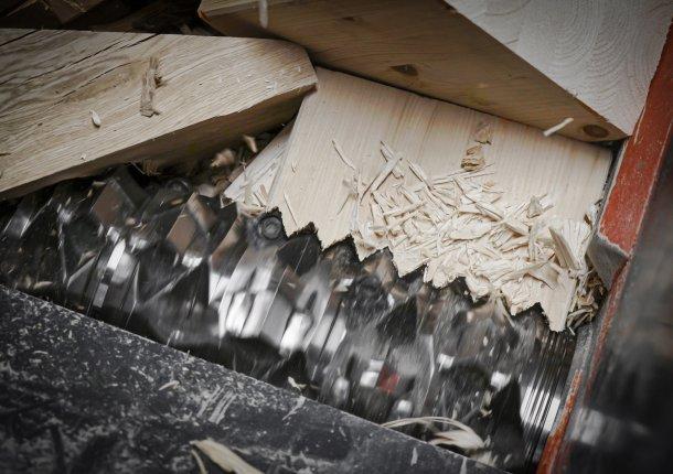 WEIMA WL 6 Shredder zerkleinert großes Holzstück