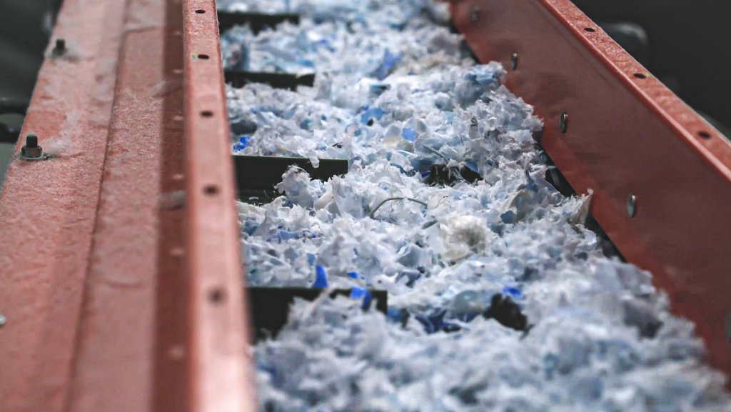 Shredded plastic on a conveyor belt