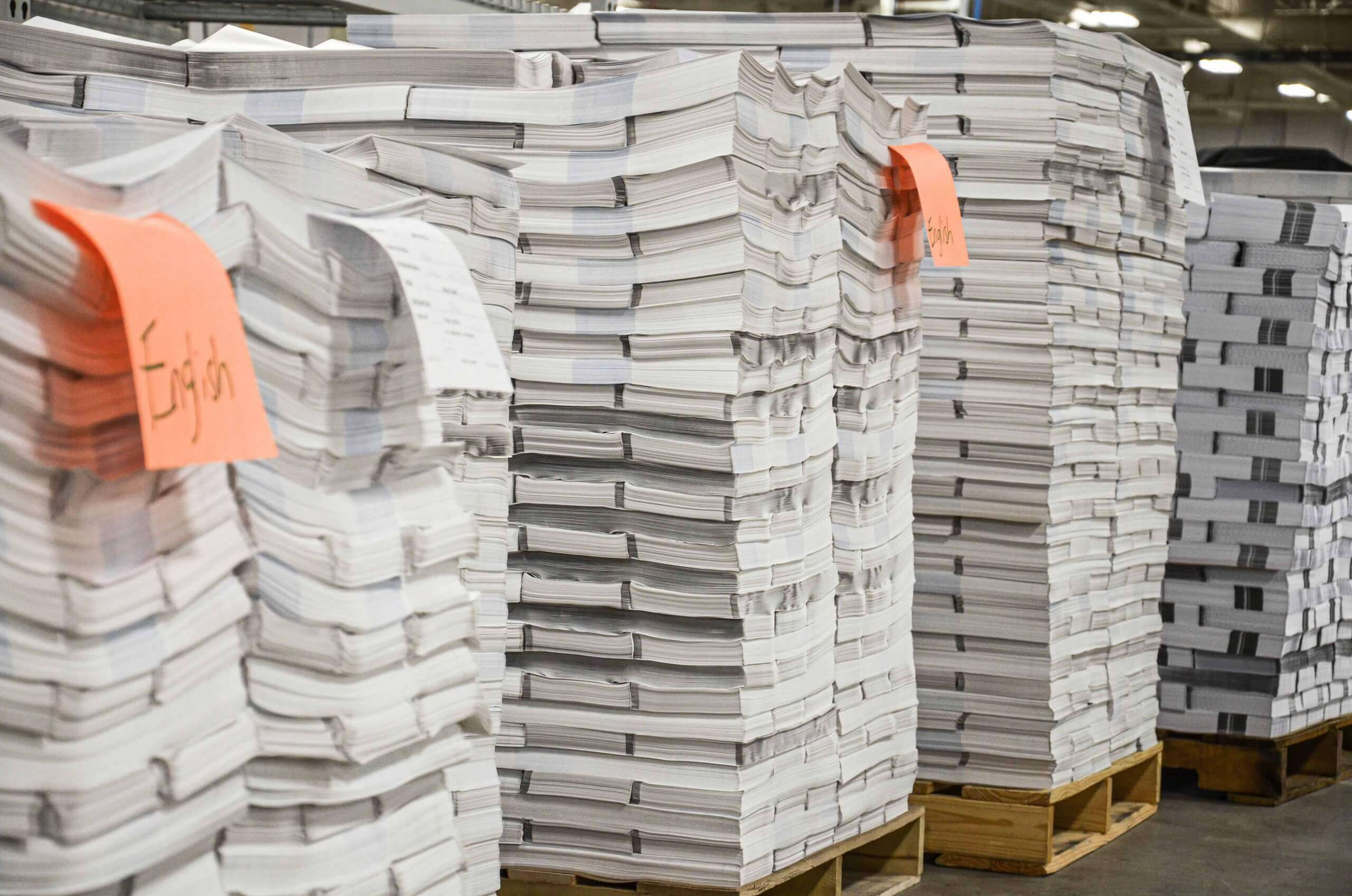 Produktionsabfall aus Druckereien gestapelt auf Paletten