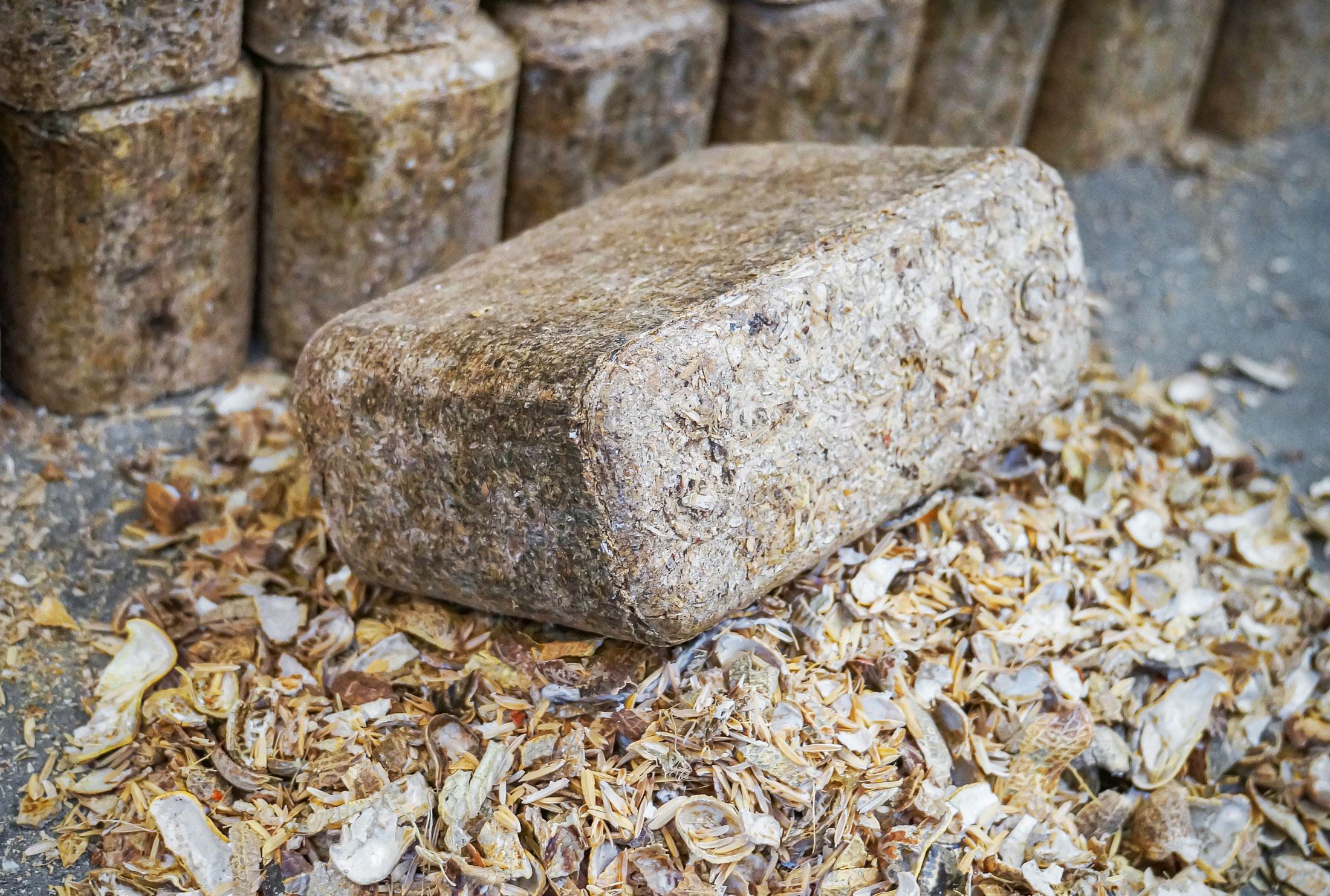 Rechteckiges Brikett aus Schalen von Erdnüssen
