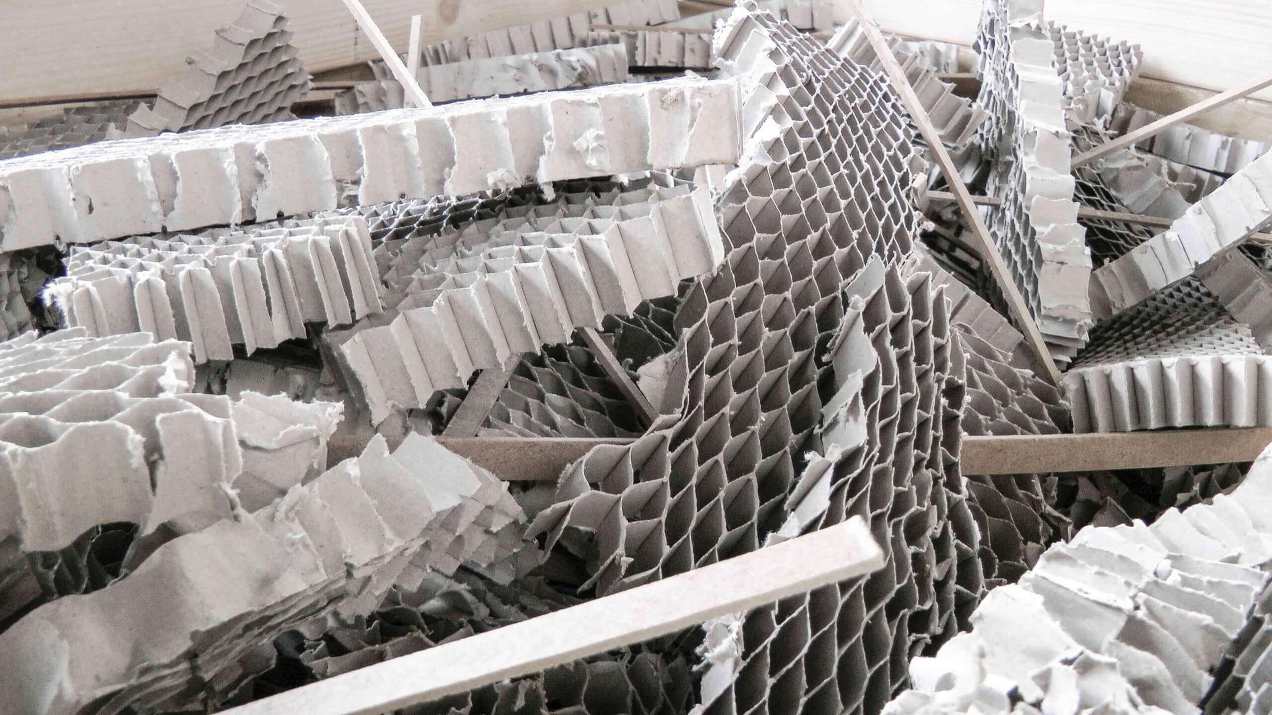Alte Kartons vor dem Recyclingprozess