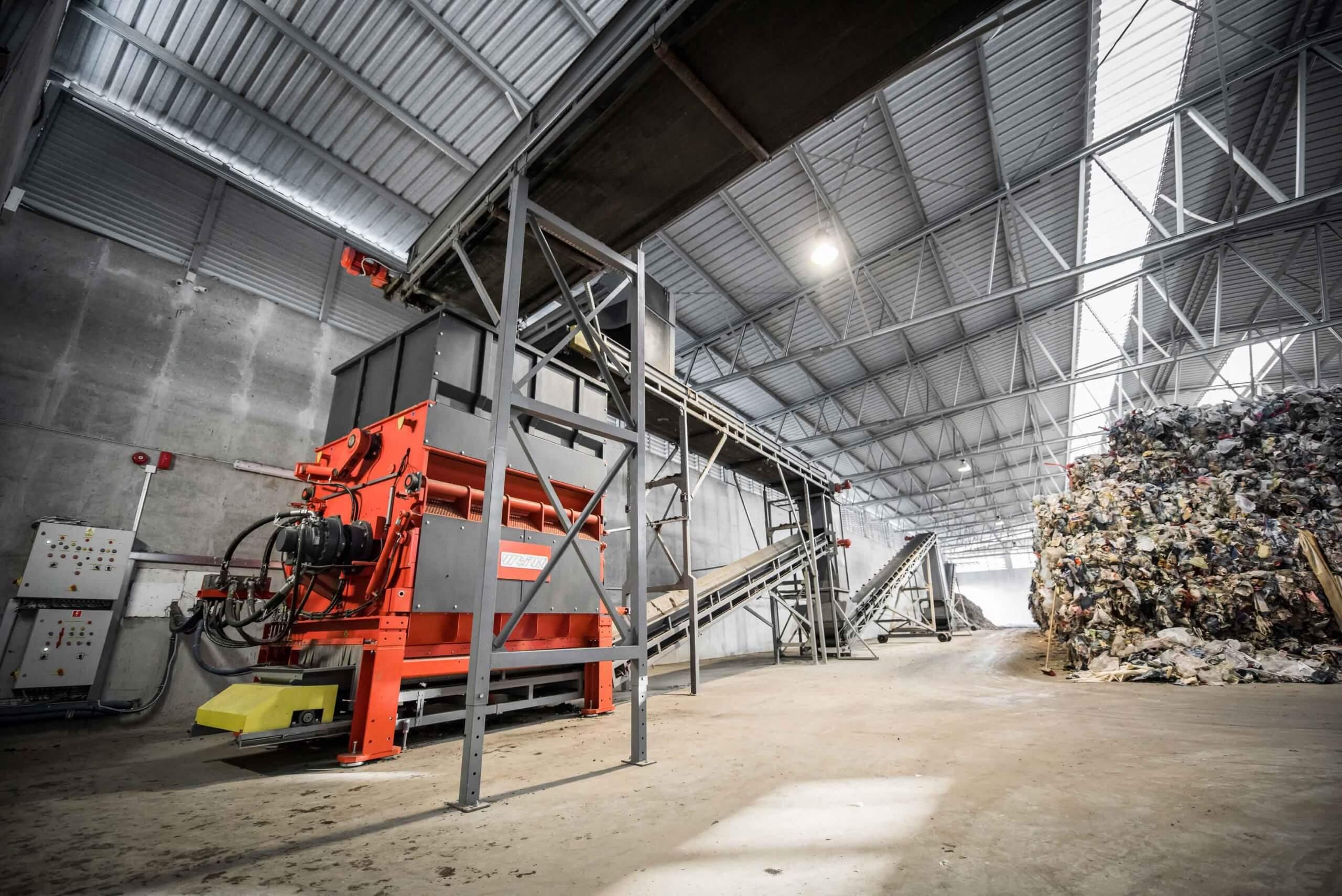 Müllzerkleinerung in großer Produktionshalle