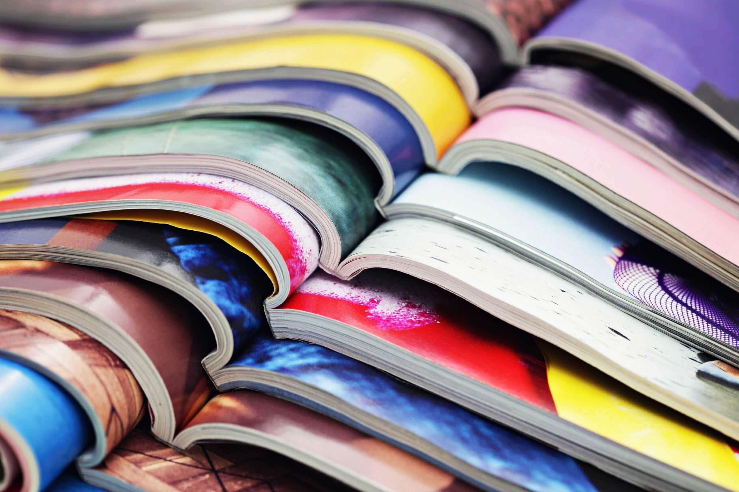 Gestapelte Magazine und Zeitschriften
