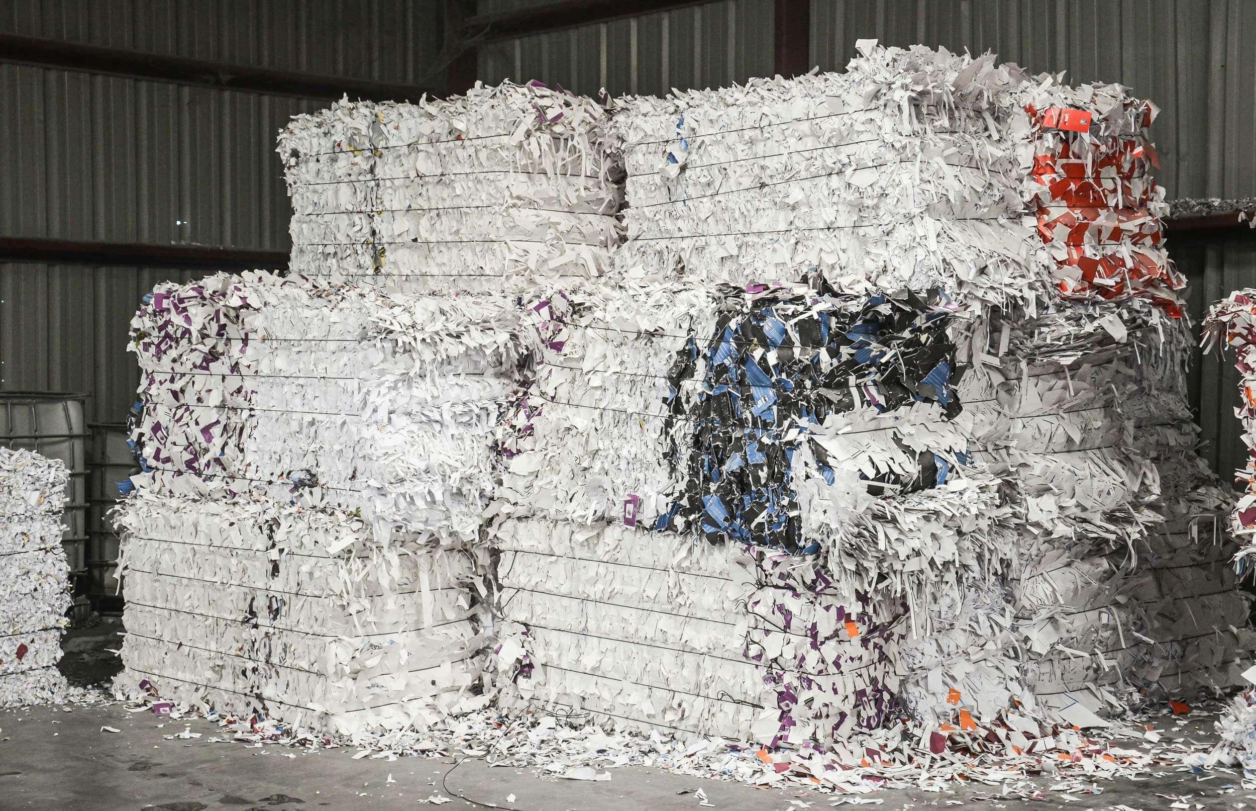 Papierballen vor der Zerkleinerung