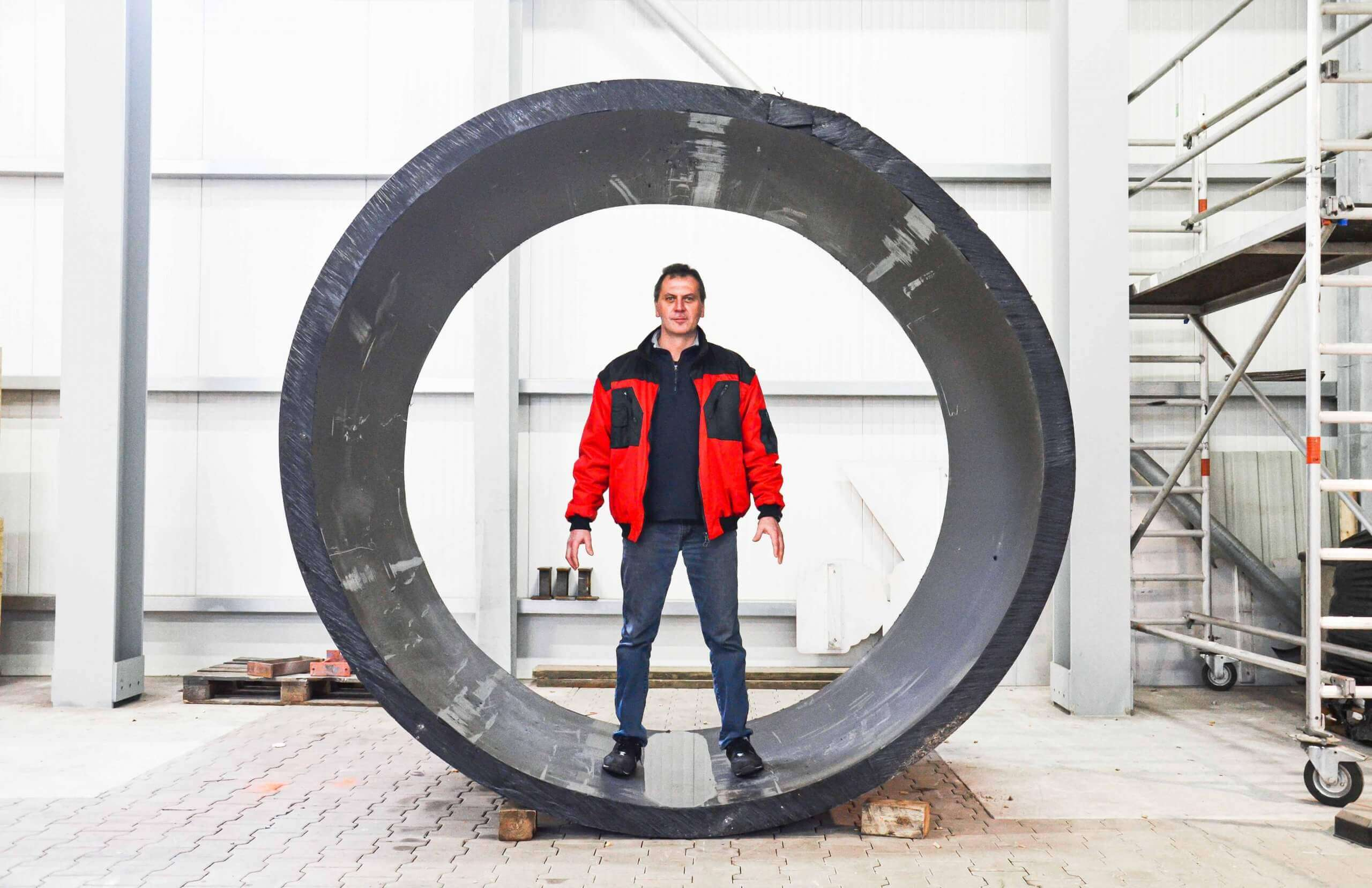 Huge pipeline pipe sections can be returned to the production process after shredding
