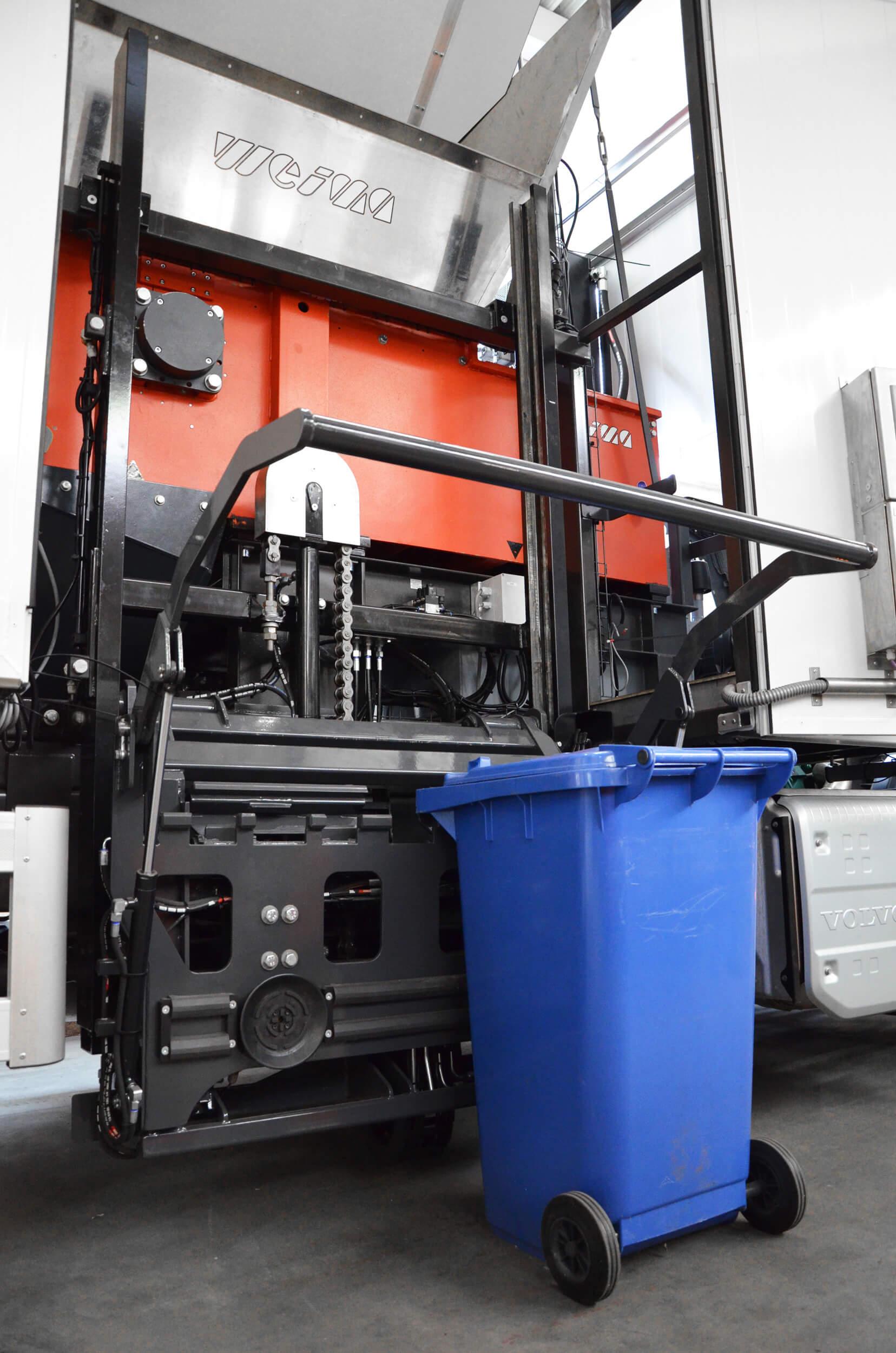 Papiermülltonne wird mit Vorrichtung zum mobilen Shredder gehoben