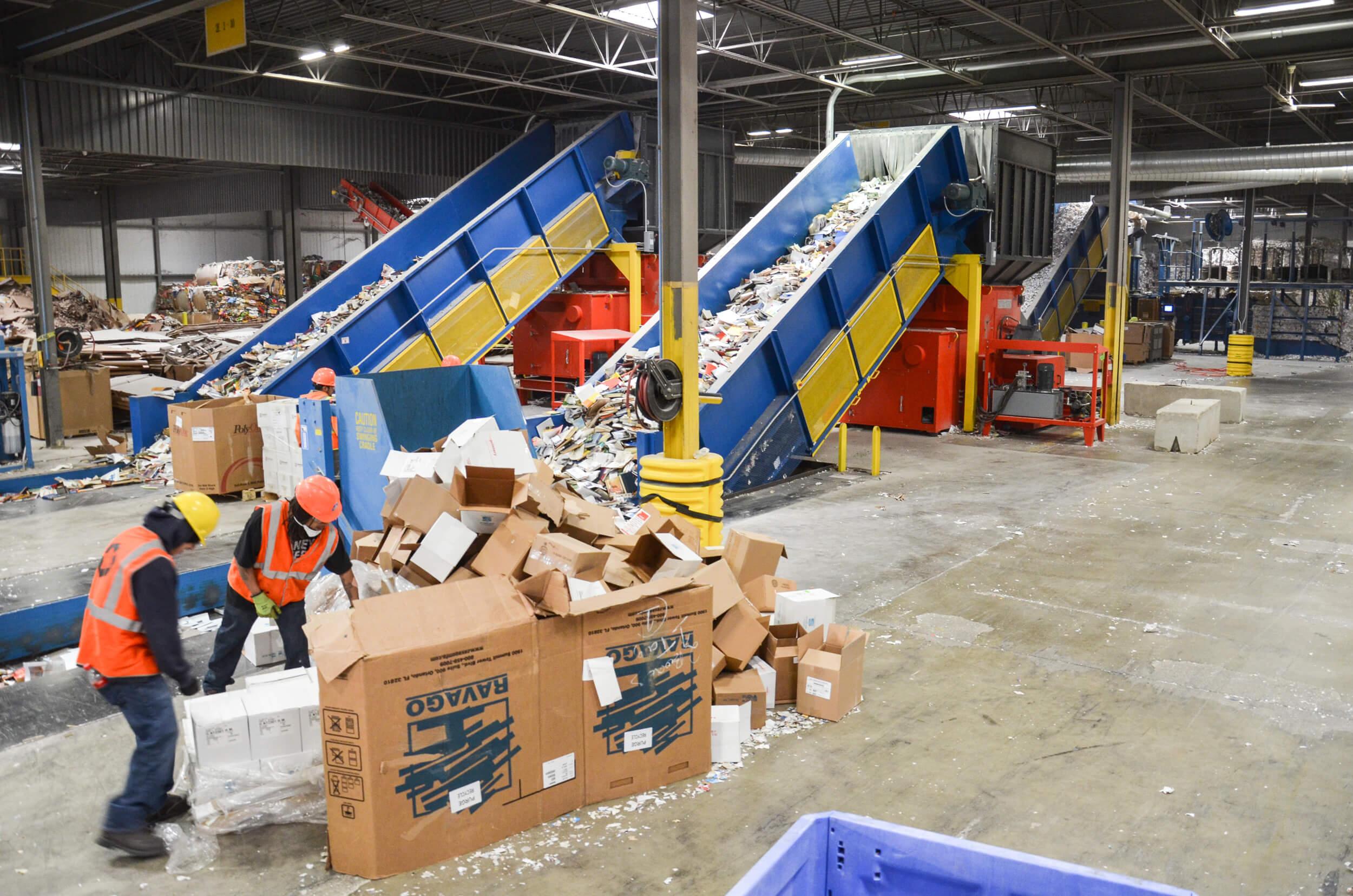 Bücher-Recycling mit zwei WEIMA WLK 20 Super Jumbo Einwellen-Zerkleinerern