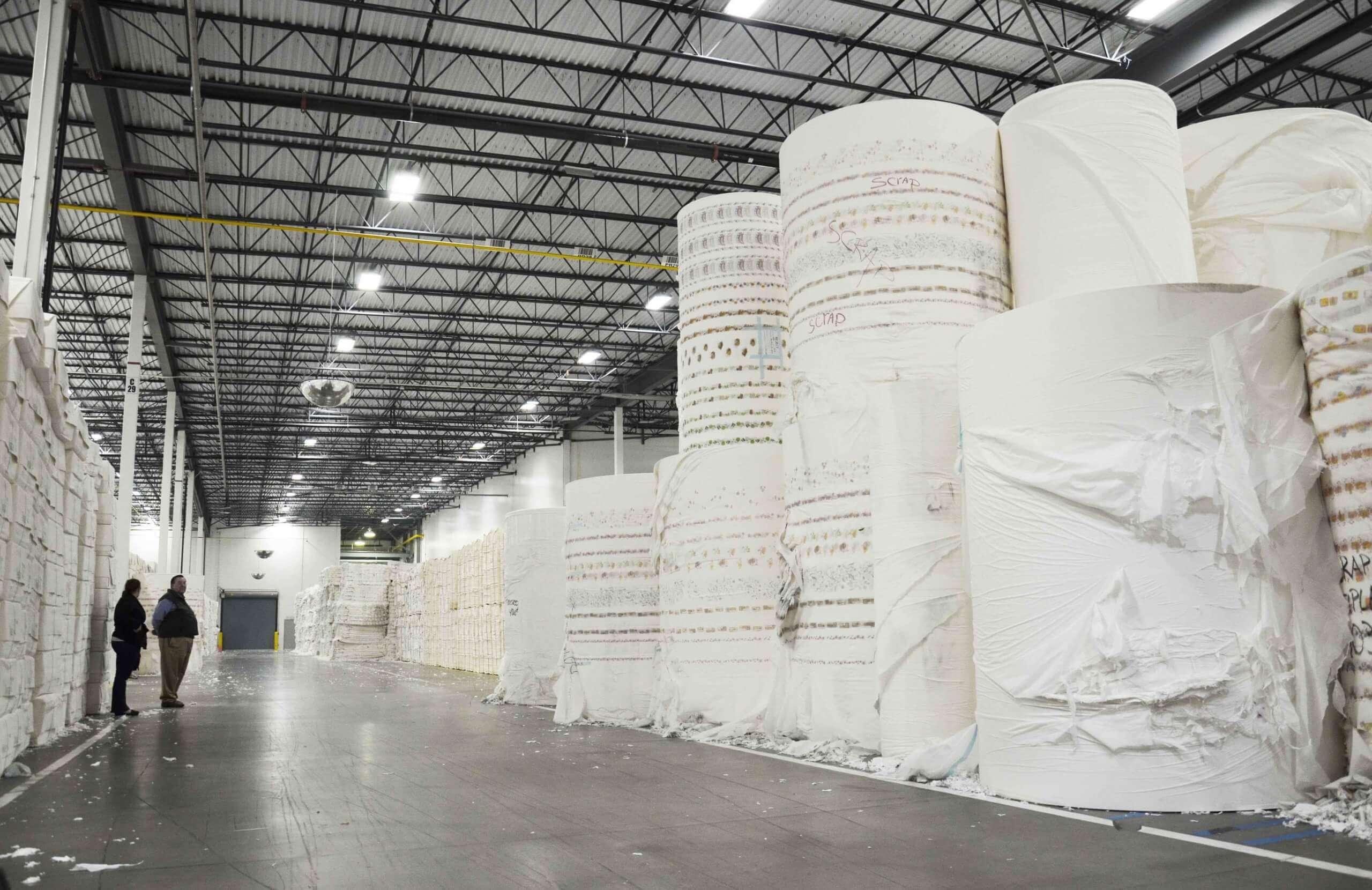 Riesige Papierrollen vor der Zerkleinerung
