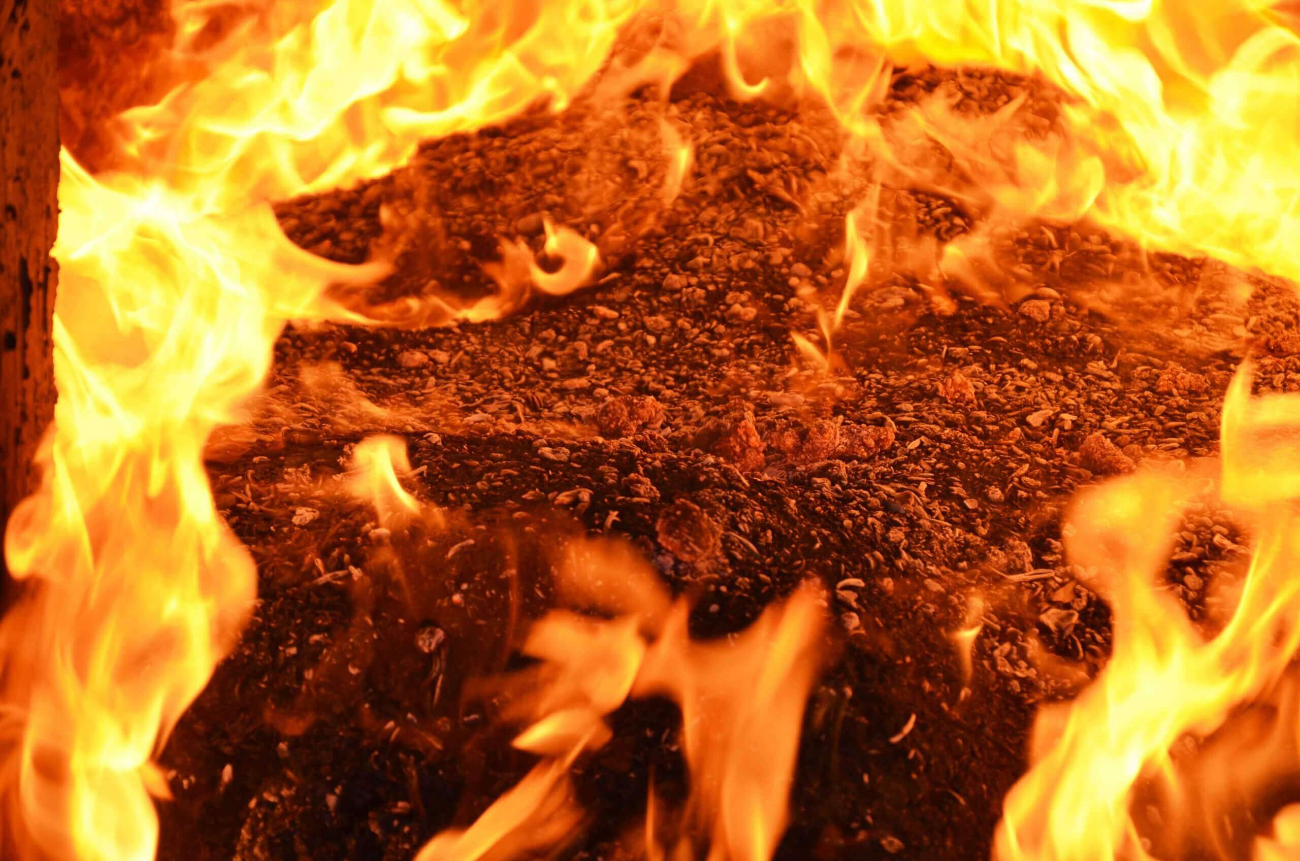 Burning of wood briquettes in the wood burning oven