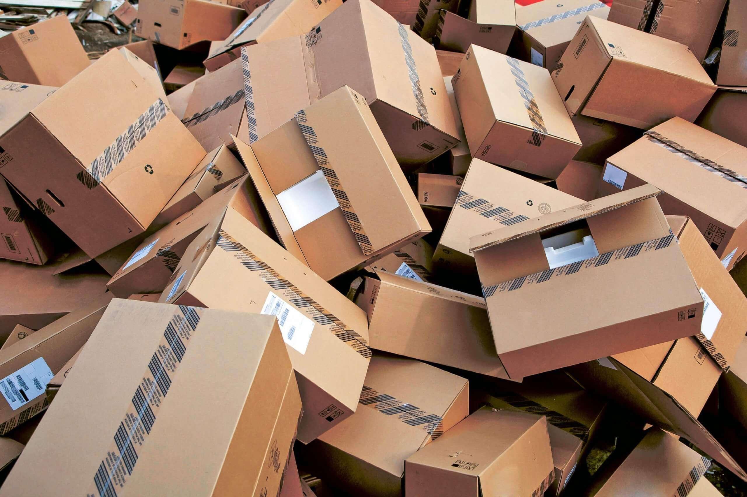 Versandkartons müssen auch zerkleinert werden, um wiederverwertet werden zu können.