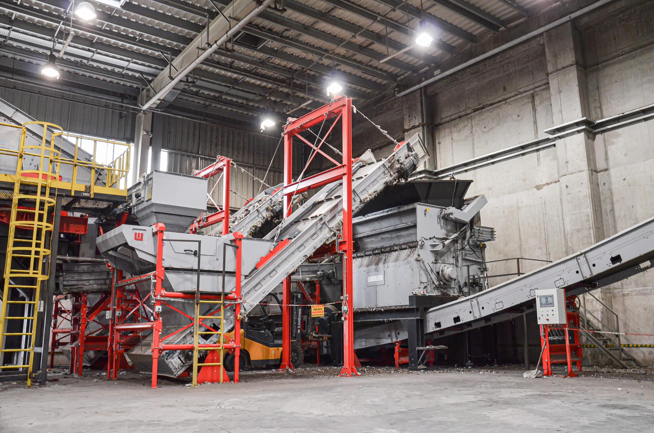 WEIMA PowerLine 2500 und PowerLine 3000 Einwellen-Zerkleinerer zerkleinern Abfälle im Zementwerk