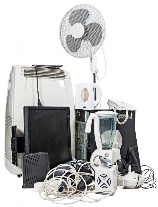 Elektroschrott mit E-Geräten wie Ventilatoren, Klimageräten, Mixer, Telefon und Wasserkocher und Fernseher