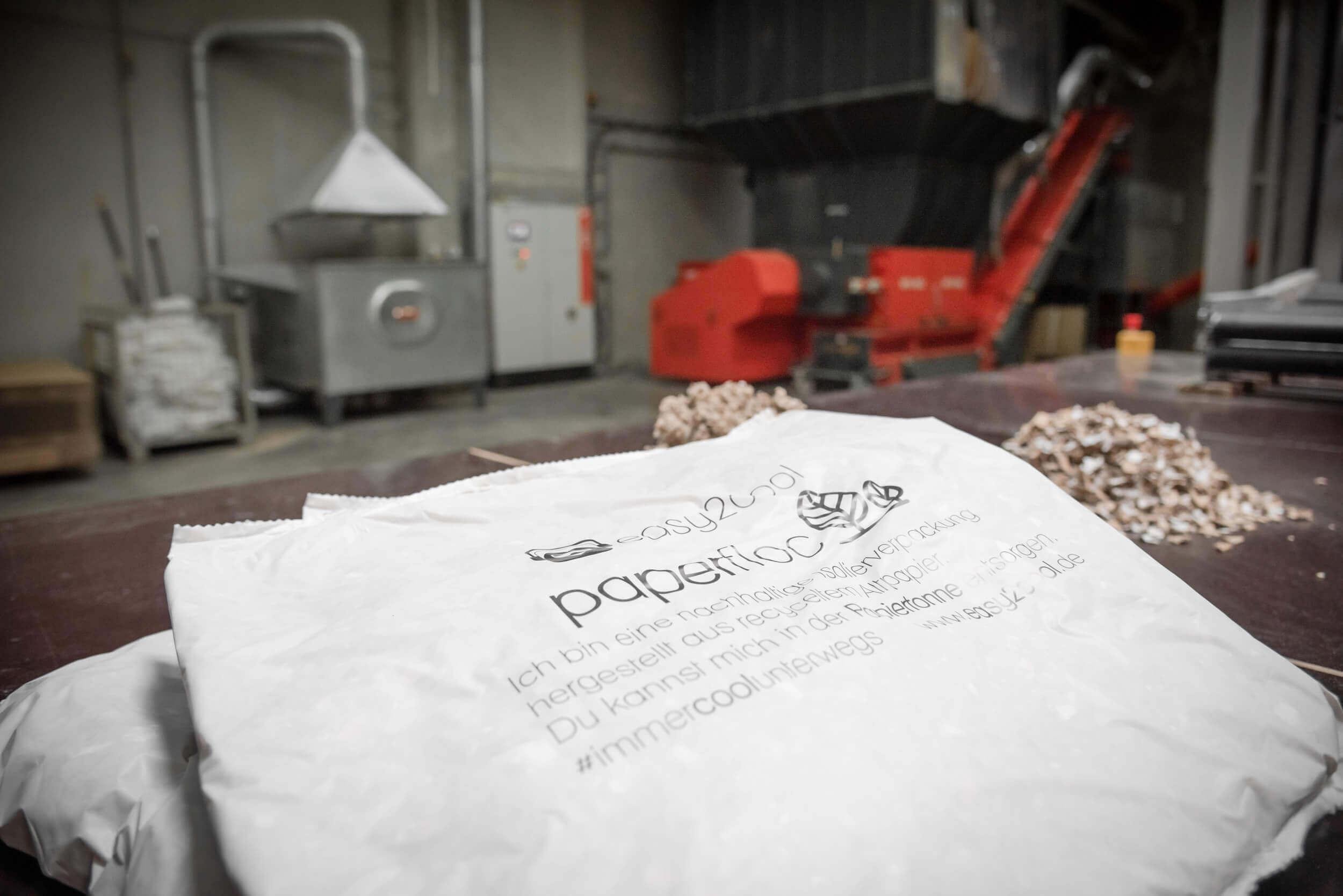 paperfloc Isolationsmatten vor geshreddertem Papier und Papieflocken vor dem WEIMA WLK 1500 Shredder