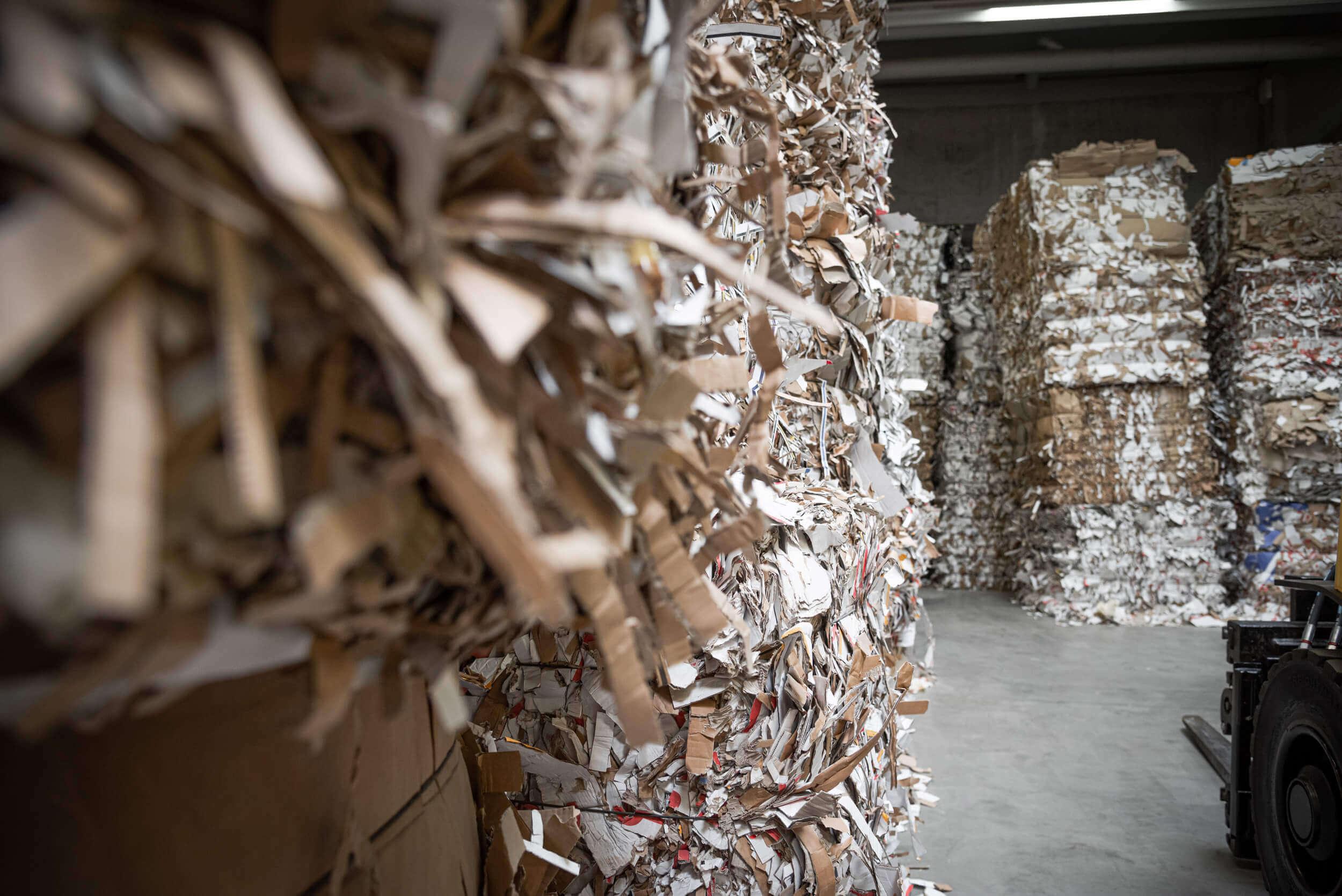Papierballen aus Altpapier in der Lagerhalle