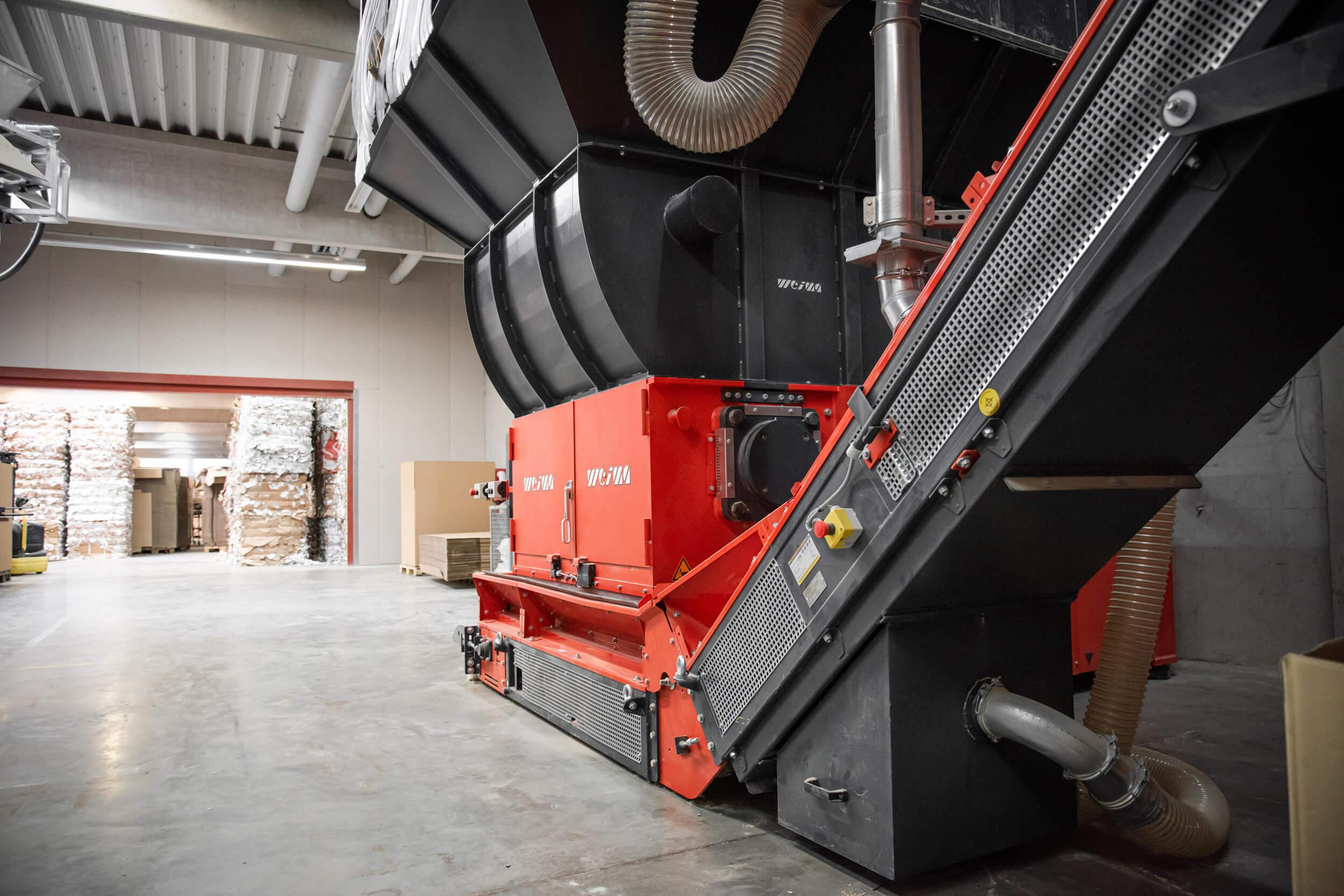 WEIMA WLK 1500 Papier-Shredder mit Logspacer Trichter in der Produktionshalle der easy2cool GmbH
