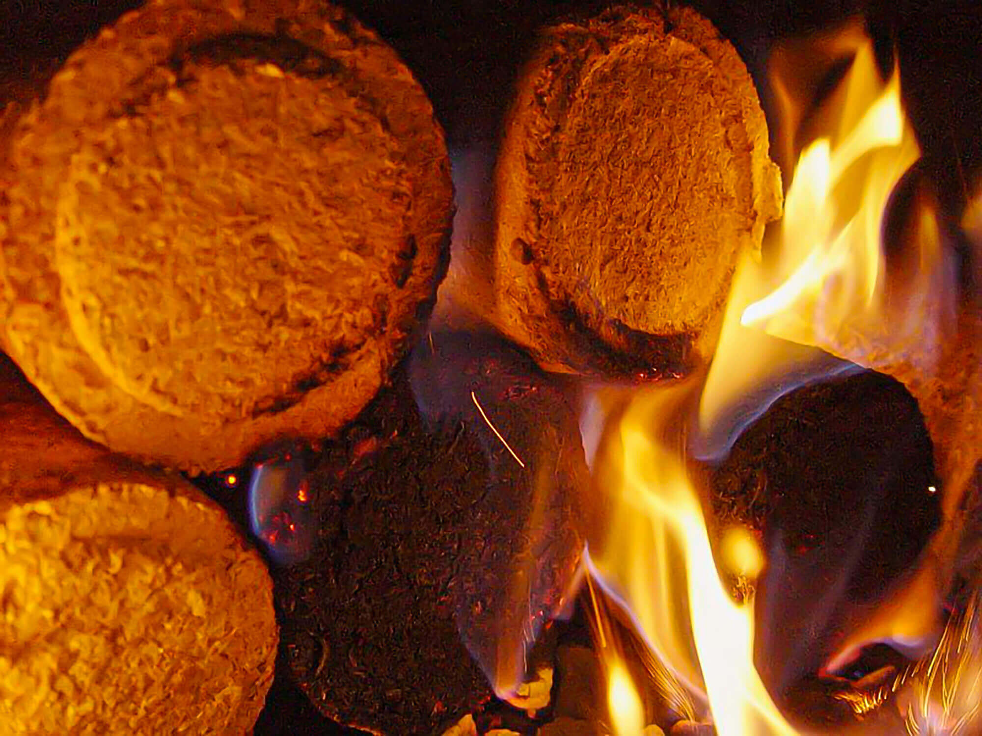 Burning round wood briquettes in a wood burning oven