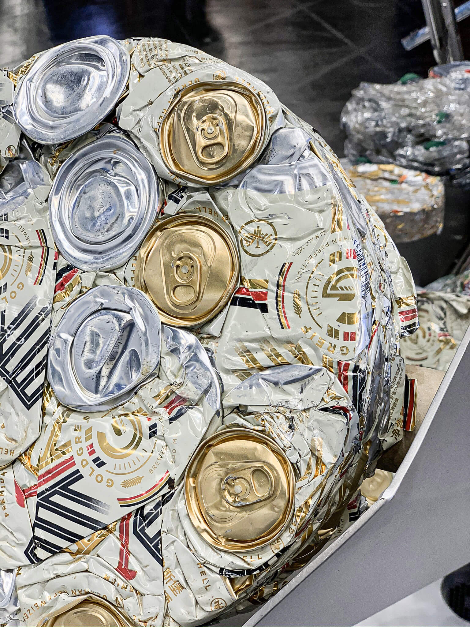 Aluminium drink cans compacted with PUEHLER press