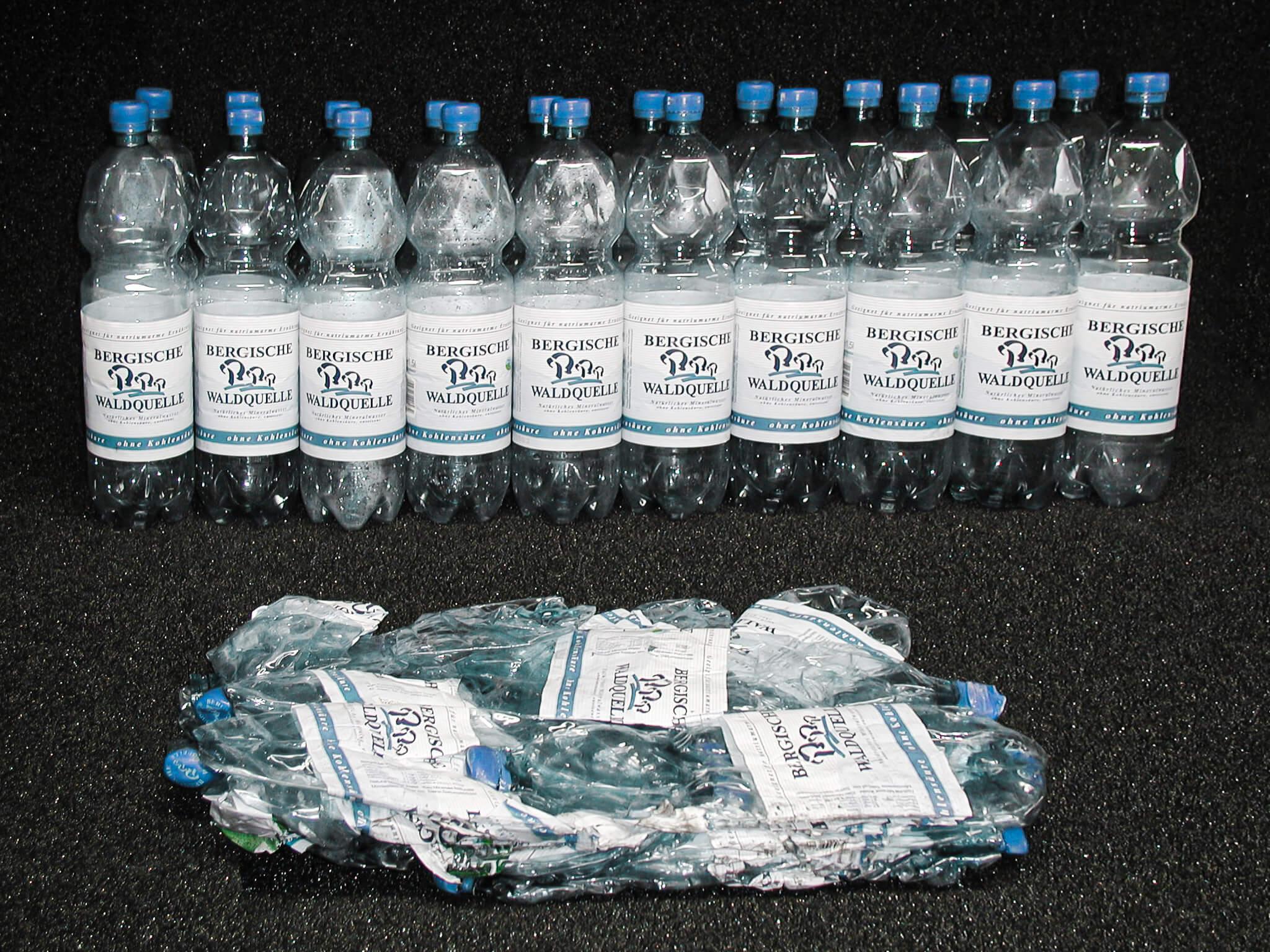 PET Wasserflaschen Verpressung Volumenreduktion