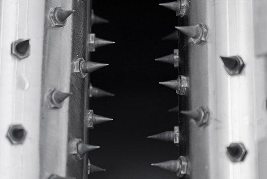 Nahaufnahme der Nadeln einer Nadelwalze zum perforieren der Verpackung vor dem Entleeren