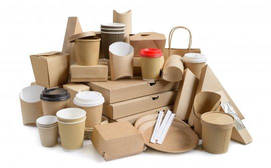 Verpackungen aus Papier wie Boxen, Getränkebecher, Teller und Besteck
