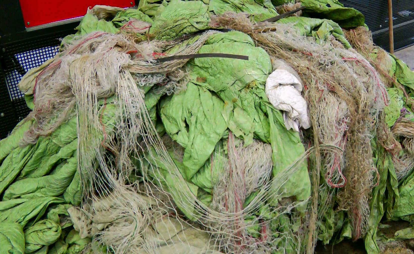Verschmutzte Landwirtschaftsfolie, Erntegarn und Rundballennetze