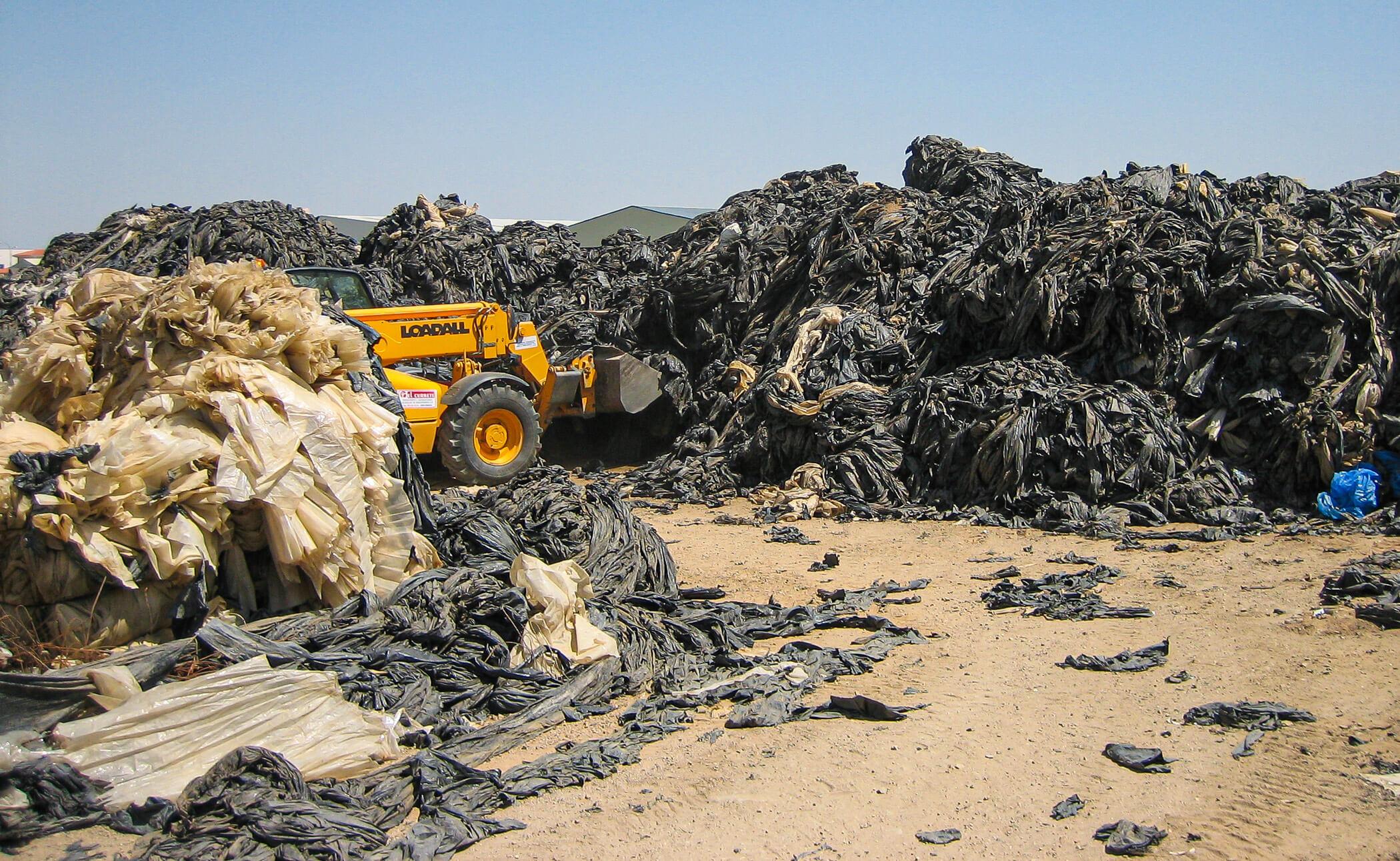 Landwirtschaftsfolie wird gesammelt, getrennt und anschließend mit WEIMA Shredder recycelt