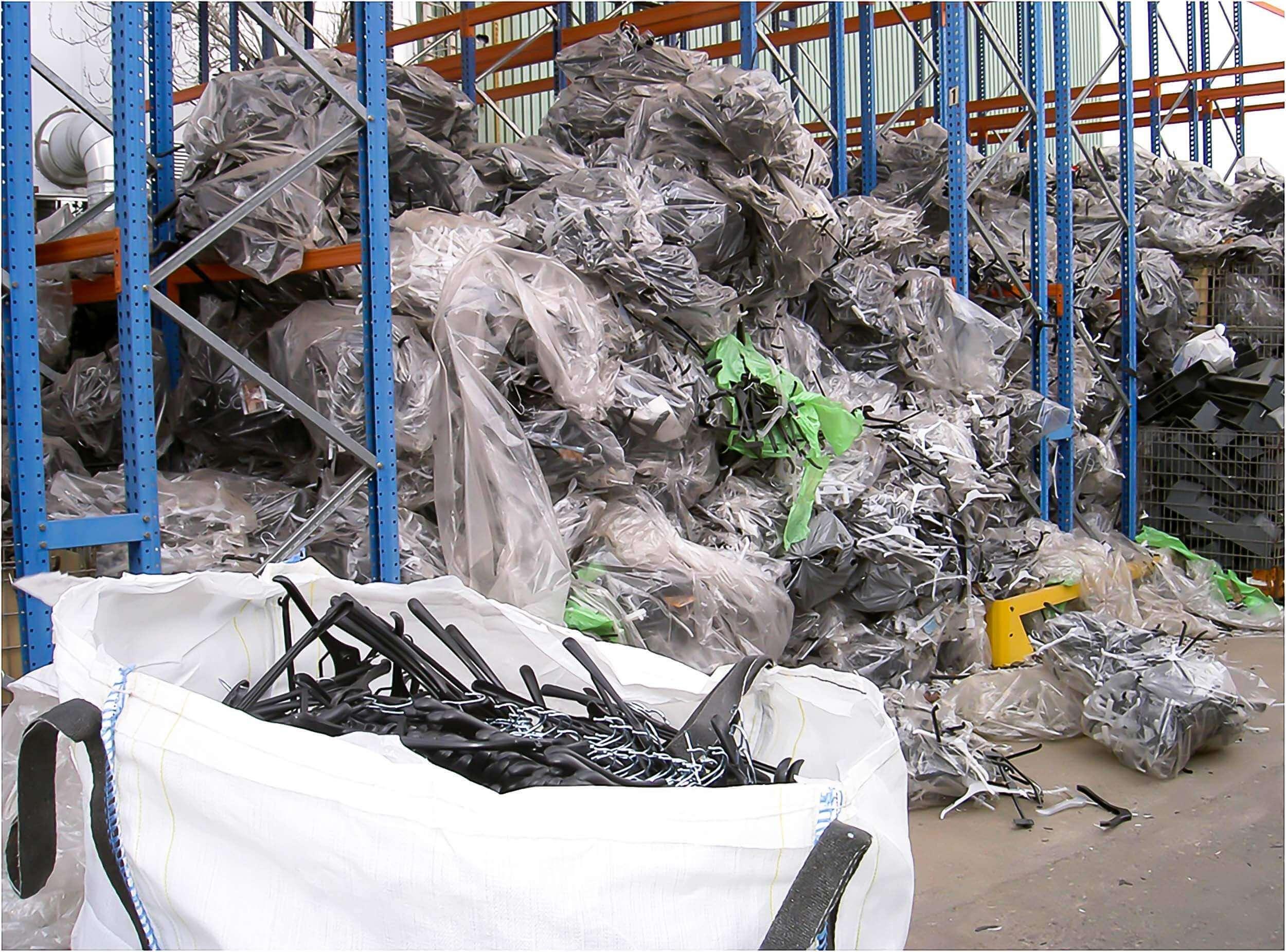 Sammlung alter Kleider Bügel aus Kunststoff