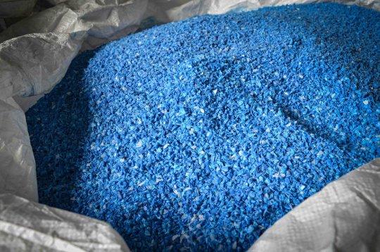 Kunststoffflakes aus blauen Abfalltonnen