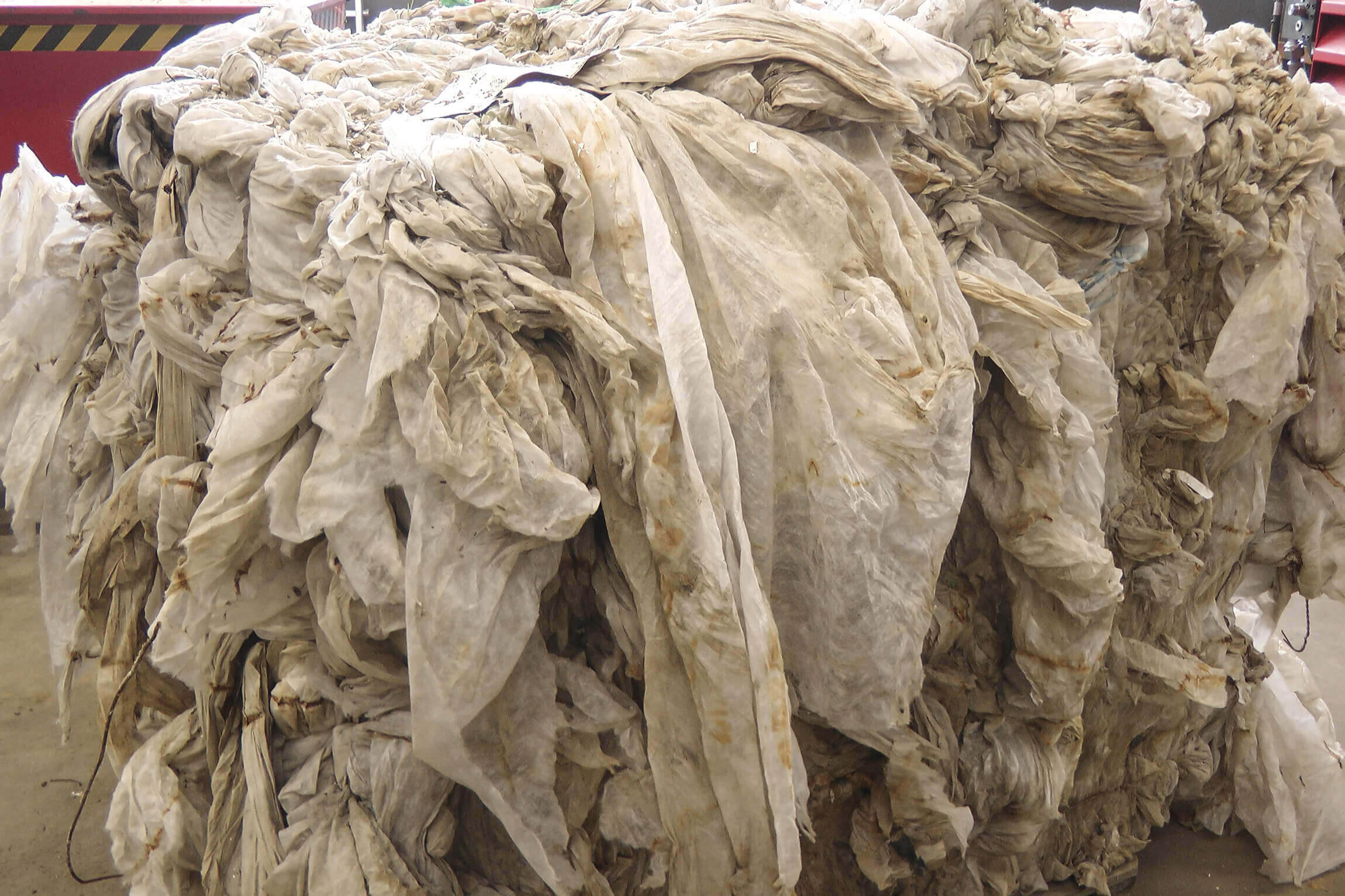 Kontaminierte Agrarfolie wird in Ballen gelagert und transportiert