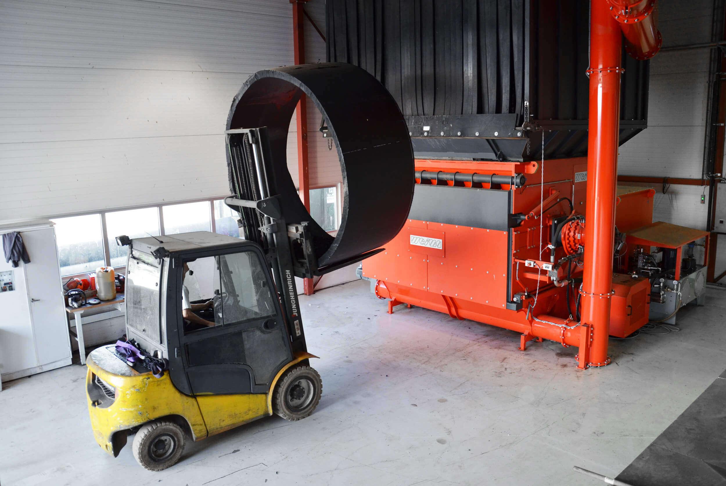 Wheel loader loads huge pipe cuttings into the WEIMA WLK Super Jumbo single-shaft shredder