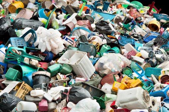 Bunter Haufen mit verschiedenen Kunststoffabfällen aus dem privaten Gebrauch wie Spielzeug, Kisten, Übertöpfe und Nudelsiebe