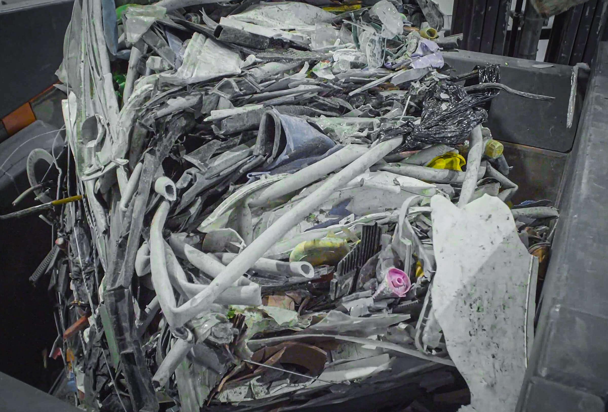 Ballenware Aufgabe Hartkunststoff Rigid Plastics im Shredder