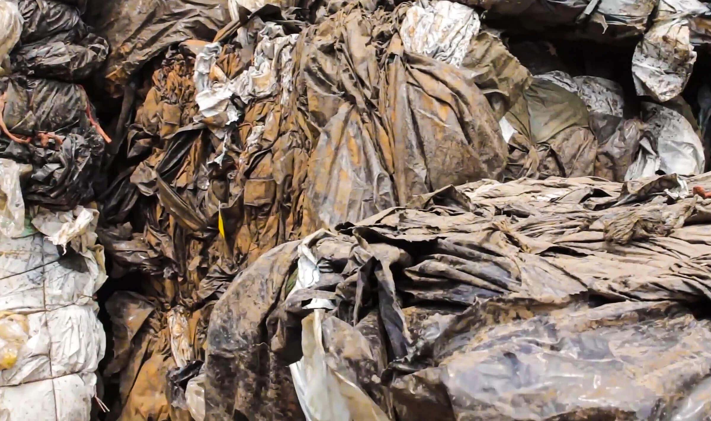 Geballte Agrarfolie vor der Zerkleinerung im Recyclingprozess